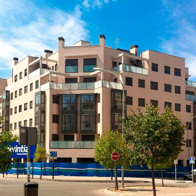 72 viviendas VPPB en bloque, locales comerciales, garaje, trasteros y piscina. Residencia lNIZA